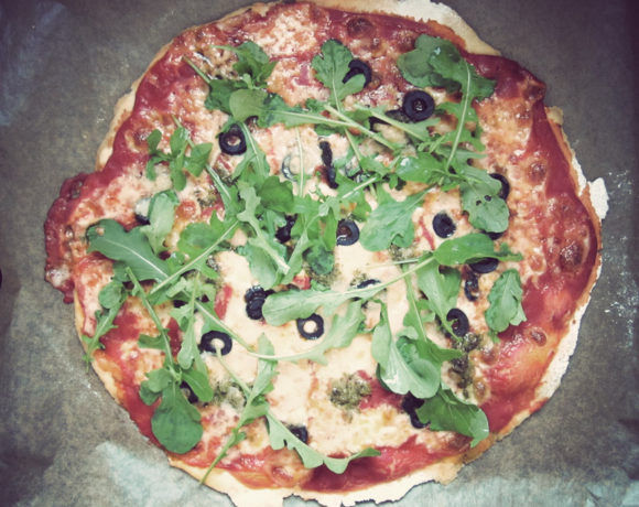 Home made pizza met rucola