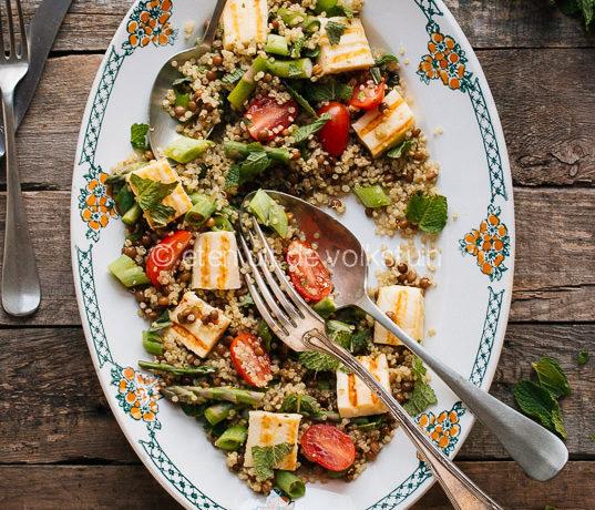Quinoa salade met asperges en halloumi