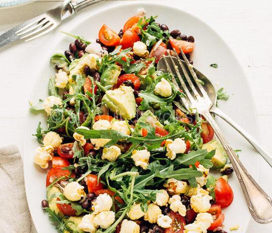 Salade van zwarte bonen, avocado en popcorn
