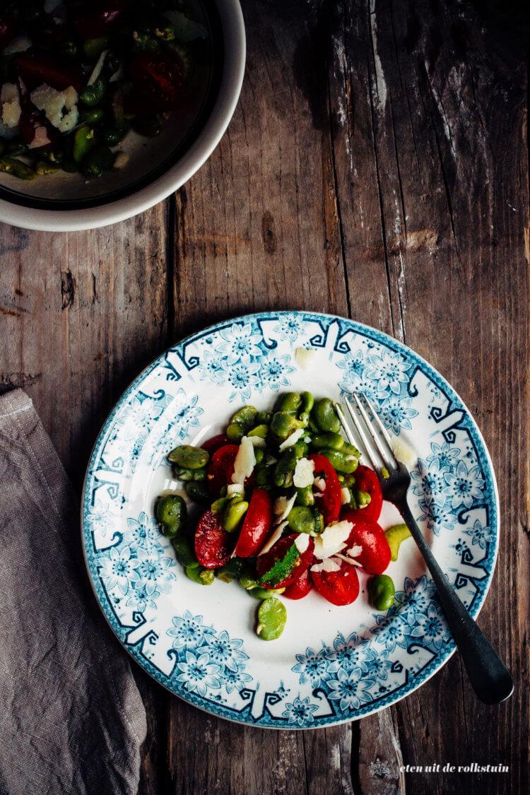 Tuinbonensalade met tomaten en pecorino