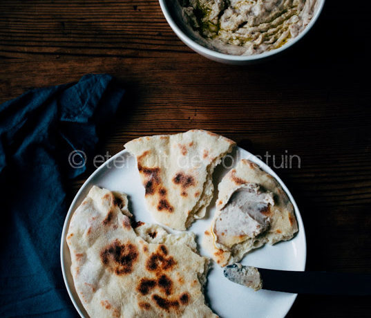 Platbrood met hummus van borlottibonen