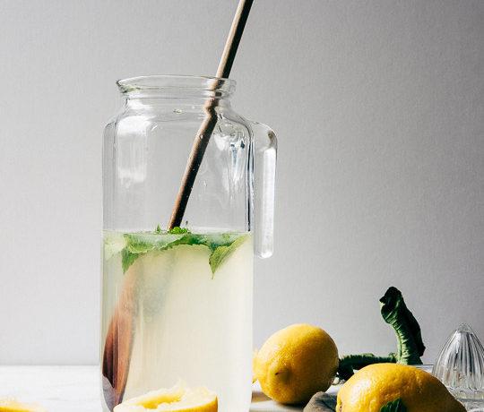 Citroenlimonade met citroenmelisse