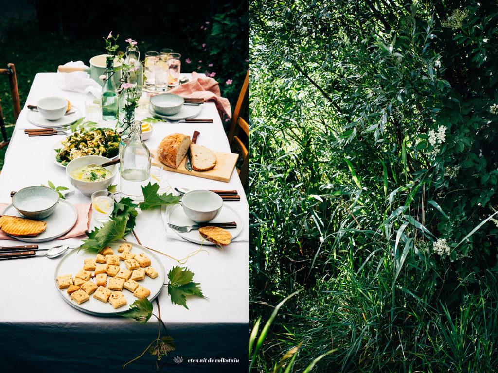 een tafel in de tuin
