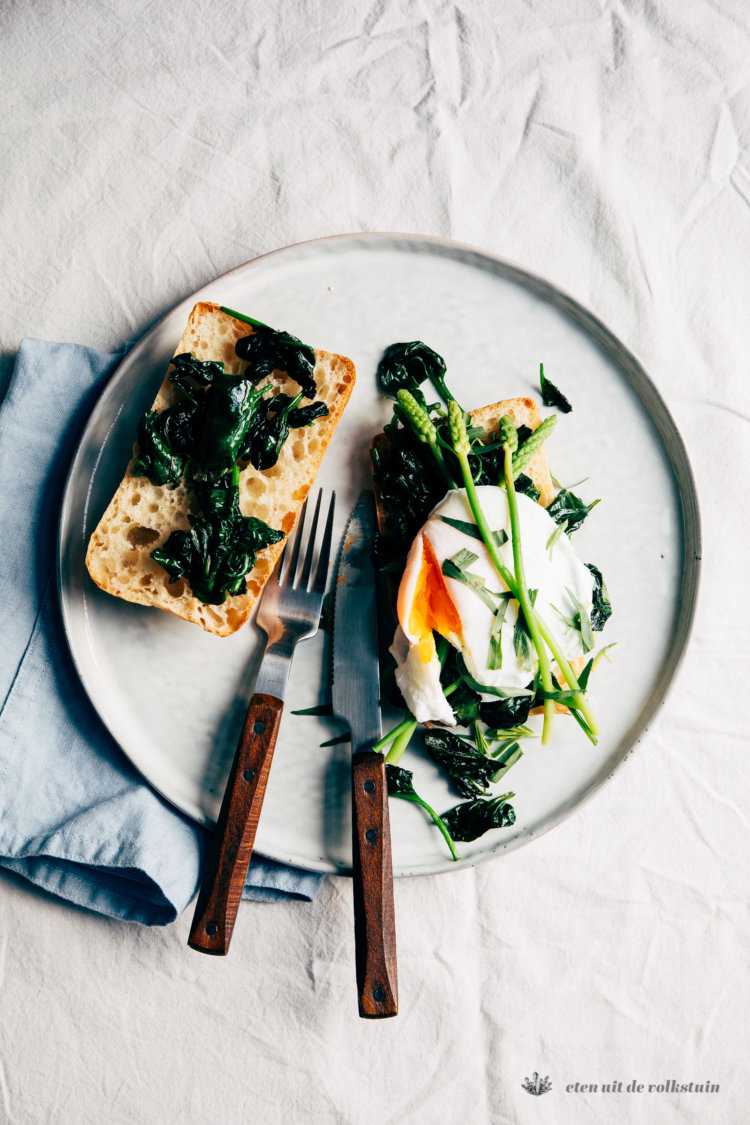 Toast met wilde asperges en spinazie