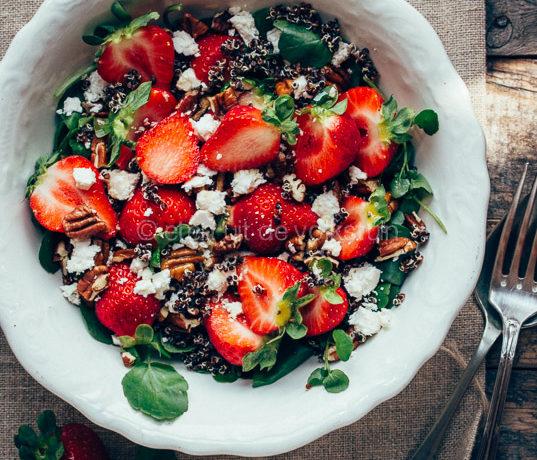Salade met aardbeien, quinoa en waterkers