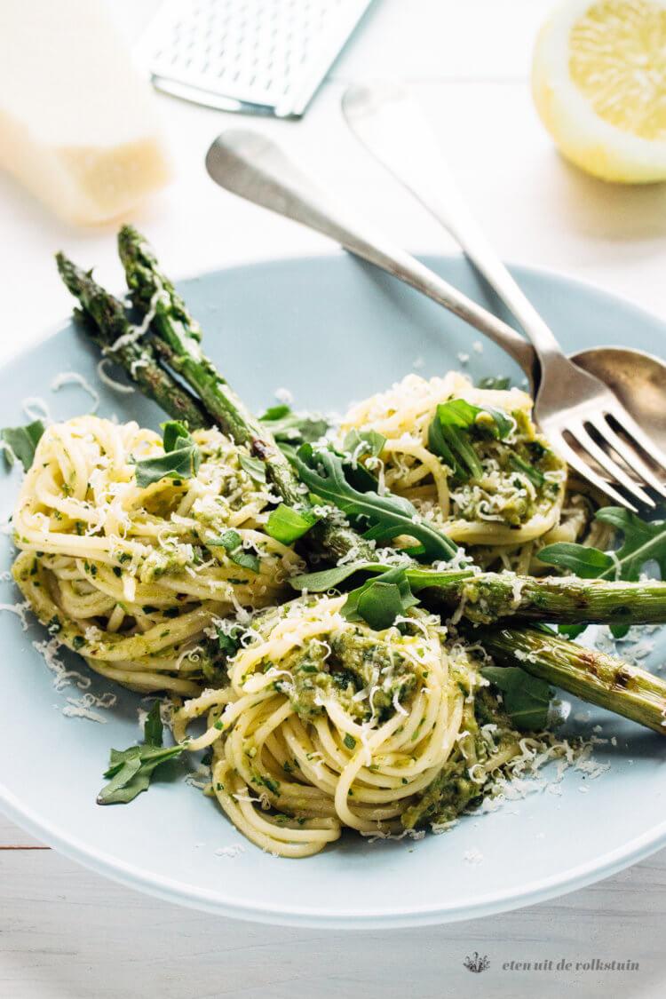 Pasta met gegrilde asperges en rucola