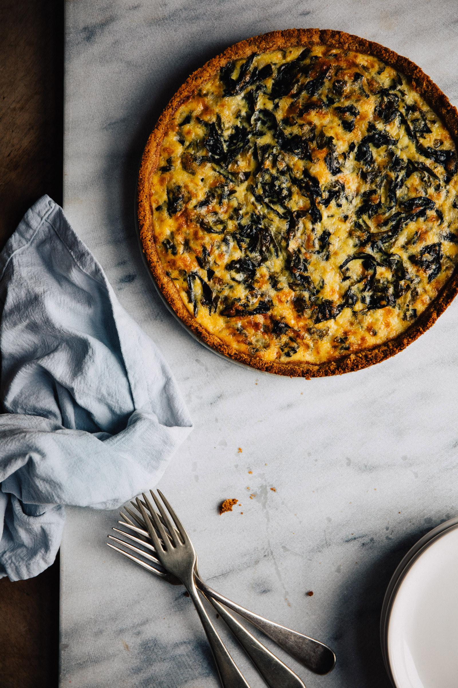 Hartige taart met amandeldeeg en snijbiet